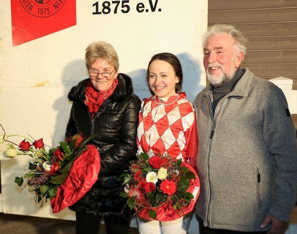 Claudia Pawlak (Mi.) mit der Perlenkette, die ihr von Brigitte Sieberts und Peter Ritters überreicht wurde. Foto: Dr. Jens Fuchs