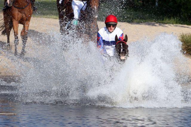 """So """"spritzig"""" war es im letzten Jahr: Caland  mit Josef Bartos war im See - und später auch im Ziel - beim Beck's Seejagdrennen vorne. www.galoppfoto.de"""