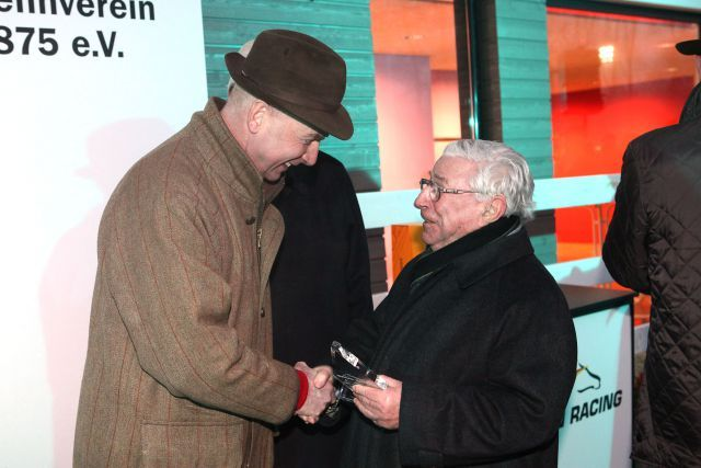 Der Trainer-Champion von 2010, Christian von der Recke, wird geehrt von der Galoppsport-Legende Hein Bollow. www.klatuso.com