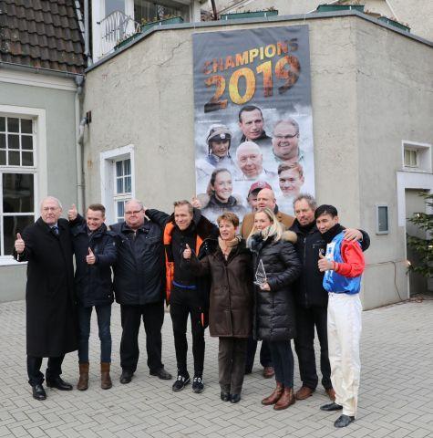 Daumen hoch: Die Champions des Jahres 2019, rechts Bauyrzhan Muzarbayev, in Dortmund. Foto: Dr. Jens Fuchs