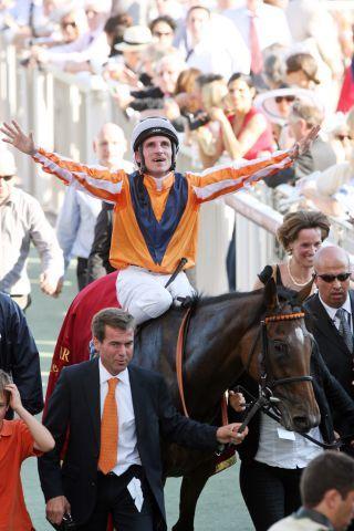 Danedream mit Andrasch Starke und Trainer Peter Schiergen (links) nach dem Sieg im Qatar Prix de l'Arc de Triompe. www.galoppfoto.de