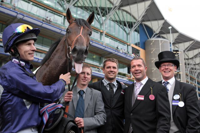 Das Team um Brown Panther mit Jockey Richard Kingscote und Besitzer Michael Owen (3. v. l.) nach dem Sieg in Royal Ascot. www.galoppfoto.de