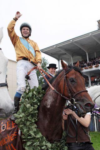 Der größte Erfolg in der Karriere - Jozef Bojko und Waldpark nach dem Sieg im 142. Deutschen Derby. www.galoppfoto.de