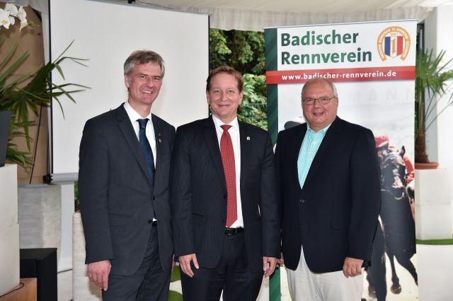 Der neue Präsident inmitten seiner Vorgänger (v.l.n.r.) Stephan Buchner, Holger Schmid, Peter Gaul. Foto www.badischer-rennverein.de