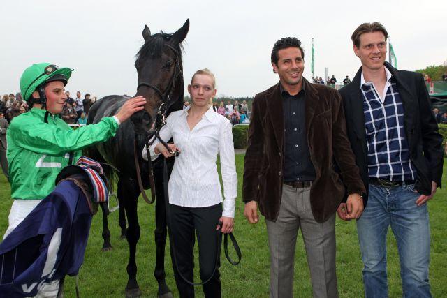 Black Arrow - hier mit William Buick in Hannover - mit seinen prominenten Besitzern Claudio Pizzarro und Tim Borowski. www.galoppfoto.de - Frank Sorge