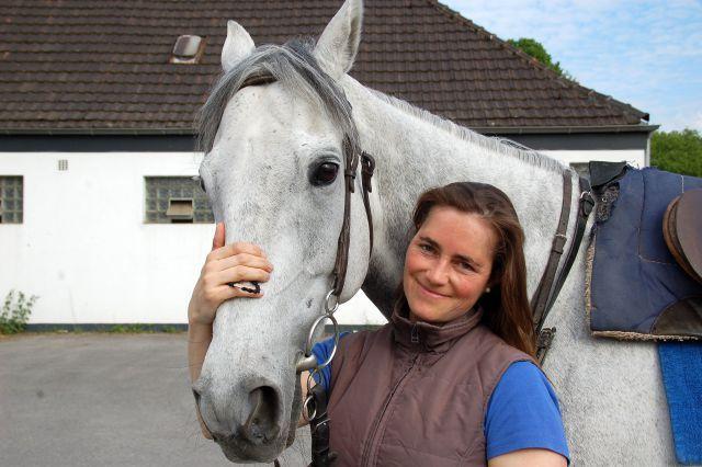 Die Mülheimer Trainerin Julia Römich hofft, dass bei der von ihr trainierten Stute Allencia beim 18. Sparkassen-Renntag am Samstag der Knoten platzt. Foto: MSPW