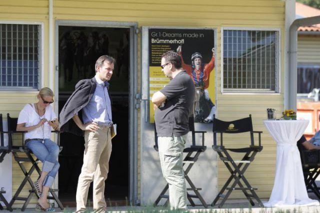 Dr. Andreas Jacobs (links) im Gespräch mit Gregor Baum vor den Boxen des Gestüts Brümmerhof. Foto Stephanie Gruttmann