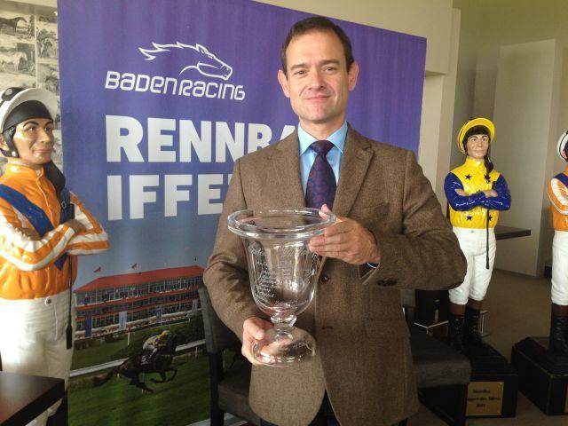 Dr. Benedict Forndran präsentiert die neugeschaffene n Ehrenpreis für die Baden-Württemberg-Trophy. Foto www.baden-racing.com