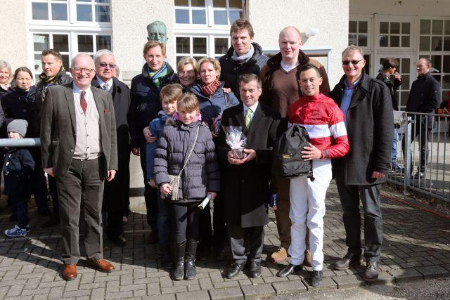 Dr. Till Grewe überragt alle - der Medienexperte und Chef des Stalles Domstadt mit seiner Familie und Freunden nach dem souveränen Maidensieg von Ross am 22.03. in Krefeld. www.klatuso.com