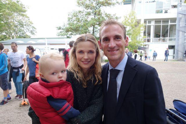 Happy mit Ehefrau Vanessa und Söhnchen Henning: Andrasch Starke auf der Düsseldorfer Rennbahn. www.dequia.de