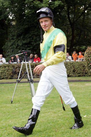 Zwei bemerkenswerte Fotos von Pat Eddery in Deutschland: Links in den Farben von Rolf Wusk 2005 in Köln, als er in einem Ex-Champions-Rennen mit Offenbach unplatziert war, sein vorletzter öffentlicher Ritt. Rechts 2009 in Iffezheim, nach seinem ersten Gruppe-Sieg als Trainer. www.galoppfoto.de