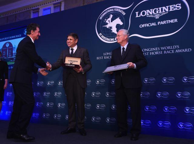 """Edouard de Rothschild (li.) bekommt von Juan-Carlos Cappelli und Louis Romanet den Ehrenpreis für das beste Rennen 2017, den """"Arc"""". Foto: offiziell"""