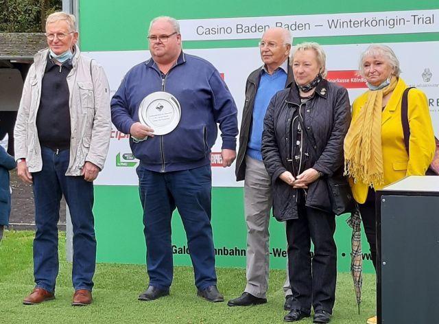 Lucien van der Meulen (2. v. li.), der amtierende Champion der Besitzertrainer, wurde am letzten Kölner Renntag vom Vorstand des Galopp-Clubs Deutschland als Turfpersönlichkeit des Jahres 2019 ausgezeichnet. Foto: Sabine Effgen