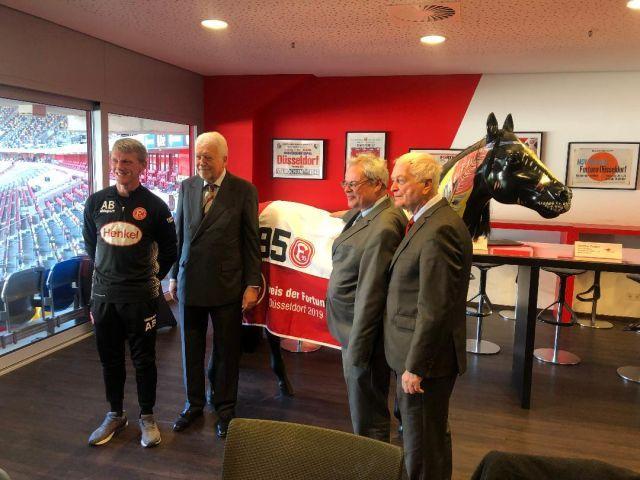 Co-Trainer Axel Bellinghausen, Präsident Peter-Michael Endres, Paul Jäger von Fortuna Düsseldorf und Geschäftsführer Günther Gudert. Foto: privat