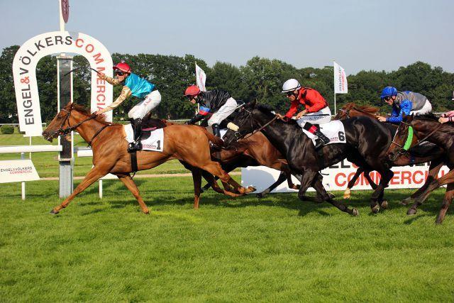 Freude über den Sieg bei Martin Seidl im Sattel von Daria vor Foreign Princess (innen) und Ouvea (Nr. 6). Foto: www.koeln-galopp.de - www.klatuso.com/Tuchel