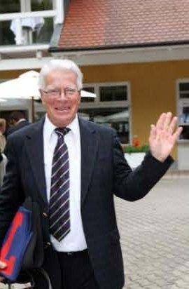 Hans-Jürgen Gröschel, der hier über seinen 1000. Sieger freut, hat das kopfstärkste Lot in Hannover. www.galoppfoto.de