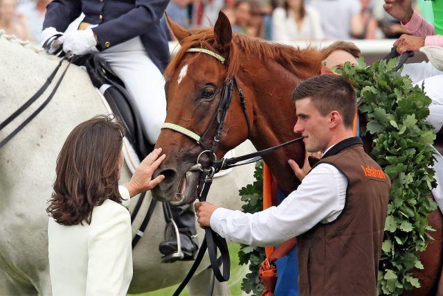"""Da war die Galopperwelt noch in Ordnung: Susi Wöhler mit ihrem selbst gezogenen """"Derbysieger"""" Isfahan in Hamburg. www.galoppfoto.de - Frank Sorge"""
