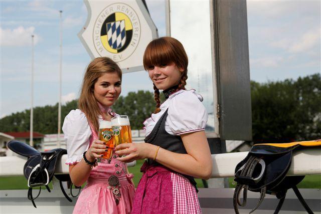 """Die Models Antonia und Olivia von Trachtenmoden Angermaier freuen sich mit der Brauerei Aying und dem Münchener Rennverein auf """"Galopp in Tracht"""". Foto: www.galoppriem.de - Lajos Balogh"""
