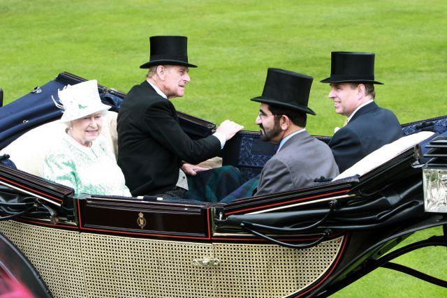 Schnelle Geschenke erhalten die Freundschaft: Queen Elizabeth und Sheikh Mohammed bin Rashid al Maktoum in Royal Ascot. www.galoppfoto.de