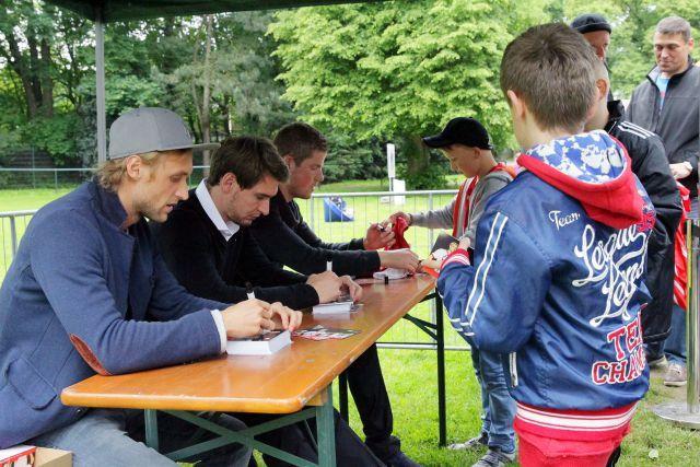 Gefragte Autogramme der Aufstiegshelden Patrick Helmes, Marcel Risse und Timo Horn vom 1. FC Köln. Foto www.koeln-galopp.de - www.klatuso.com/Tuchel