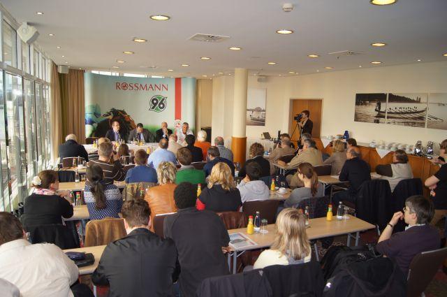 Gut besuchte Pressekonferenz in Hannover mit den Galoppern und den Kickern vor dem 96-Renntag. www.neuebult.com