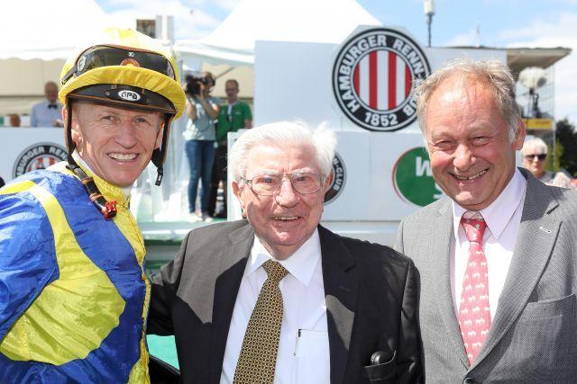 Hein Bollow (Mitte) mit Jockey Filip Minarik und Schlenderhans Gestütleiter Gebhard Apelt beim Derby 2018. www.galoppfoto.de - Frank Sorge