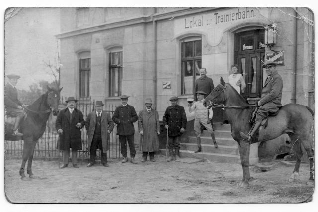 Eine Trainingsanlage mit alter Geschichte und neuer Zukunft: Historische Aufnahme des Lokals zur Trainierbahn in Neuenhagen. www.galoppfoto.de - Archiv