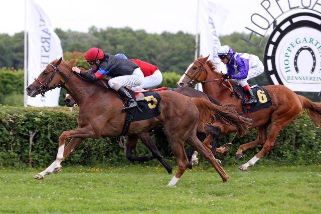 Die sportliche Entscheidung: Im Ziel ist Monami (Jozef Bojko) eine halbe Länge vor Wasimah und Nymphea. www.galoppfoto.de - Sabine Brose
