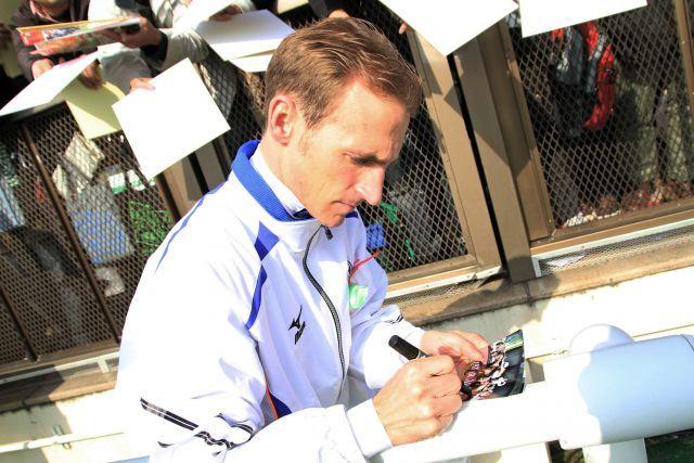 Hat seinen Japan-Aufenthalt erfolgreich beendet und ist wieder zurück in Deutschland: Andrasch Starke - hier beim Autogrammeschreiben für die japanischen Rennsportfans. www.galoppfoto.de - Yasuo Ito