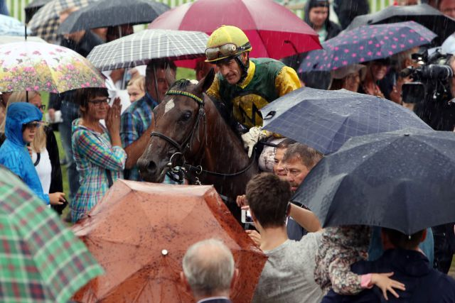 Winners in the rain: Iquitos and Ian Ferguson. www.galoppfoto.de