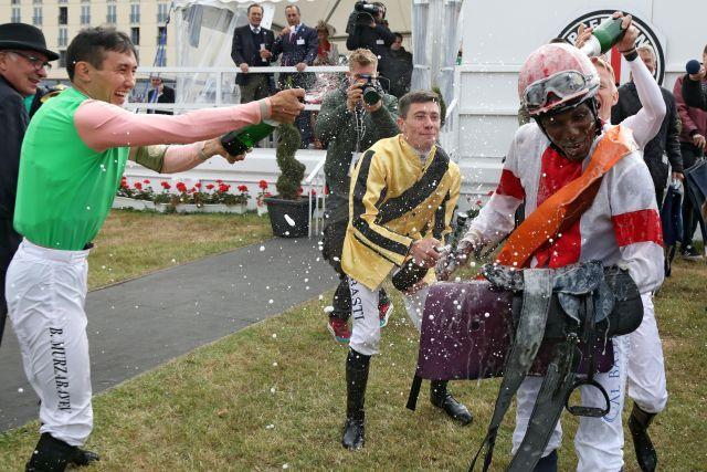 Jockey Eduardo Pedroza (rechts) bekommt von Bauyrzhan Murzabayev (links) eine Sektdusche nach dem Sieg im IDEE 150. Deutschen Derby mit Laccario. www.galoppfoto.de