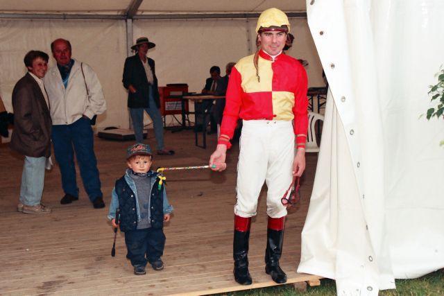 Peter Schiergen im Jahr 1 nach seinem Europarekord ... der junge Mann links von ihm sitzt mittlerweile selbst erfolgreich im Rennsattel. www.galoppfoto.de - Frank Sorge