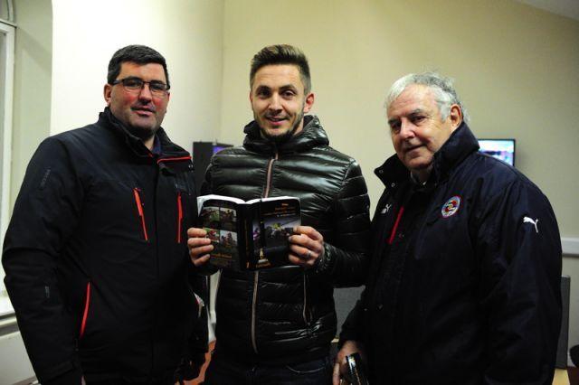 Ex-Fußballprofi Kevin Doyle (Mi.) mit Vater Paddy (re.) und Bob Nolan. Foto: Tattersalls