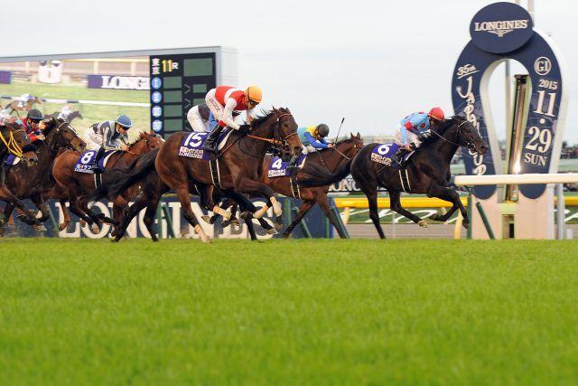 Knappe Entscheidung: Shonan Pandora ist Kenichi Ikezoe (orange Kappe) die Siegerin im hochdotierten Japan Cup, die deutschen Pferde nicht im Bilde. www.galoppfoto.de - Yasuo Ito