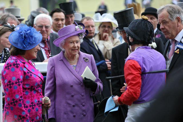 Königliche Freude: H.M. Queen Elizabeth mit Jockey Ryan Moore nach Estimates Sieg im Gold Cup. www.galoppfoto.de - Frank Sorge