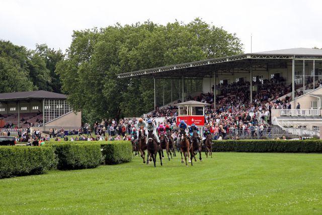 Es wird wieder grün unter den Hufen: Am Sonntag startet in Krefeld die Grasbahn-Saison. www.galoppfoto.de - Sabine Brose