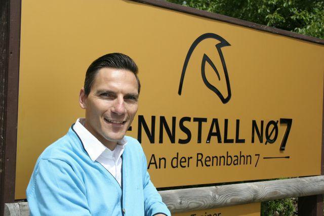 Der dänische Jockey Lennart Hammer‐Hansen vor seinem neuen Stall in Iffezheim. Foto: www.Rennstall-NO7.de