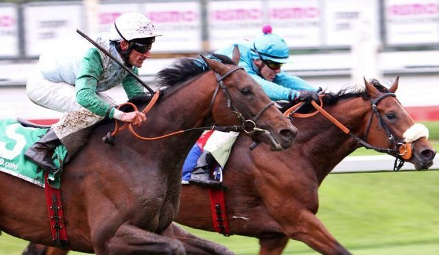 Lucky Speed (vorne mit Andrasch Starke) macht in einem starken Finish seinem Namen alle Ehre. Foto: Sebastian Höger