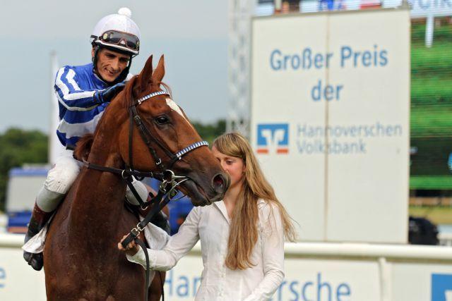 Majestic Jasmine mit Jockey José Luis Silverio kommt als Siegerin im Großen Preis der Hannoverschen Volksbank vom Geläuf. www.galoppfoto.de - Frank Sorge