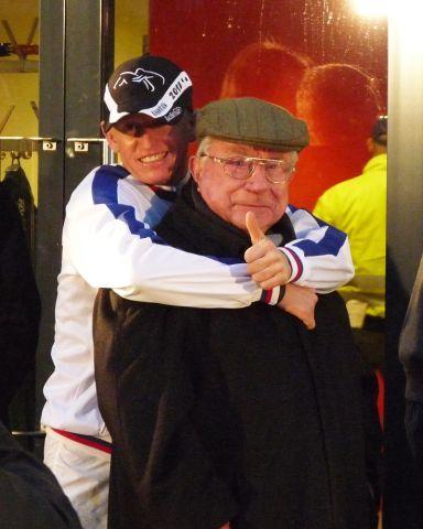 Drin das Ding: Minarik und sein Meister freuen sich über das gewonnene Jockey-Championat. Foto: Karina Strübbe