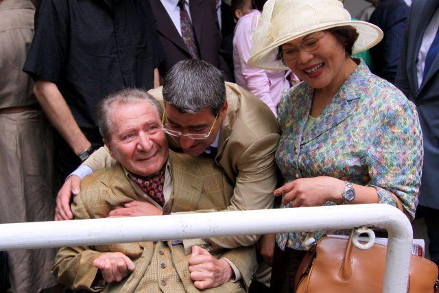 Rolf und Heinz Harzheim freuen sich mit der langjährigen Betreuerin Inn-Ya Kim über Salominas Diana-Sieg. www.galoppfoto.de - Sandra Scherning