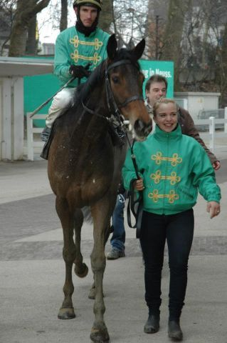 Nach ihrem Neusser Sieg: Labbezanga mit Andrasch Starke und Cynthia Atasoy. Foto: Gabriele Suhr