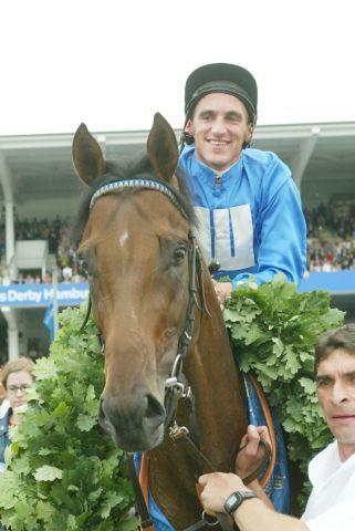 Next Desert bei seinem Derbysieg mit Andrasch Starke 2002. www.galoppfoto.de