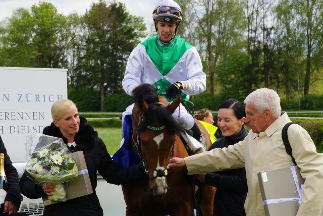 Wai Key Star unter Cristian Demuro mit Trainerin Sarah Steinberg und Besitzer Hans-Gerd Wernicke. Foto: Nathalie Vorburger/horseracing.ch
