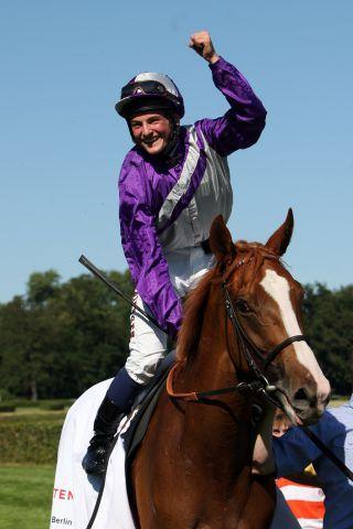 Der 18jährige Amateur Dennis Schiergen gewinnt mit Nymphea den 123. Großen Preis von Berlin, ein Gr. I-Rennen! www.galoppfoto.de - Sabine Brose
