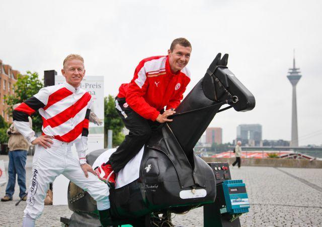 Fortuna-Kicker Oliver Fink hat mit seinen 1,86 zwar nicht gerade das Jockey-Gardemass, macht die Sache aber nicht schlecht befindet Galopp-Profi Filip Minarik. www.henkel.de/renntag - Olaf Doering
