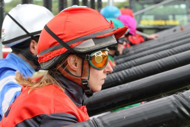 Titelverteidigerin Olga Laznovska rückt mit White River als eine der Favoritinnen in die Startbox zum 2. Lauf um die Perlenkette ein. www.galoppfoto.de - Peter Heinzmann
