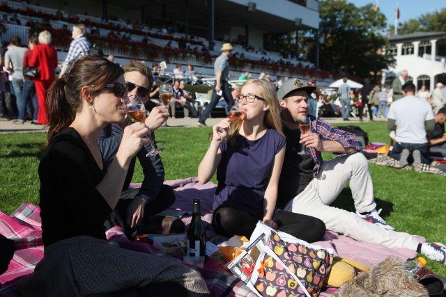 Picknickatmosphäre auf der Galopprennbahn in Hoppegarten. www.galoppfoto.de - Frank Sorge
