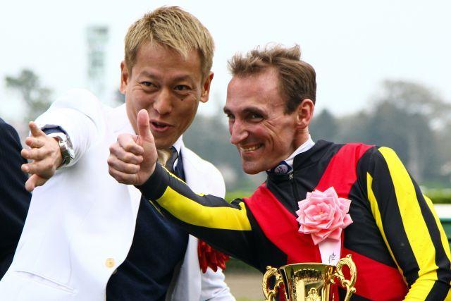 Beim Gastspiel Anfang des Jahres in Japan: Jockey andrasch Starke und Comedian Junichi Davidson. www.galoppfoto.de - Yasuo Ito