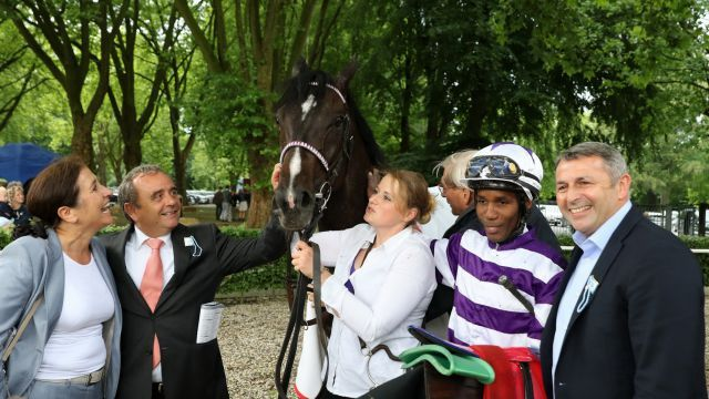 Potemkin with his owner Klaus Allofs (right),jockey Eduardo Pedroza and trainer Andreas Wöhler. Photo: Dr. Jens Fuchs